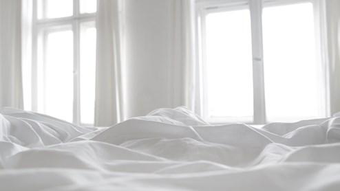 Die richtige Bettwäsche trägt im Sommer nicht unwesentlich zu einem tiefen Schlaf bei.