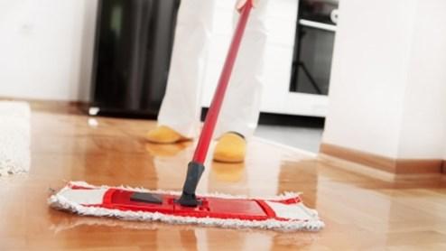 Bei der Wohnungsreinigung Fliesen und Böden zuletzt reinigen.