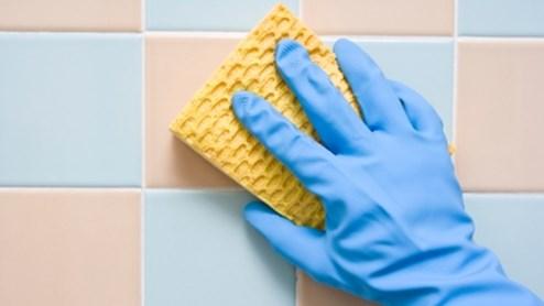 Eliminer le calcaire du carrelage dans la salle de bains fait aussi partie du nettoyage de l'appartement.