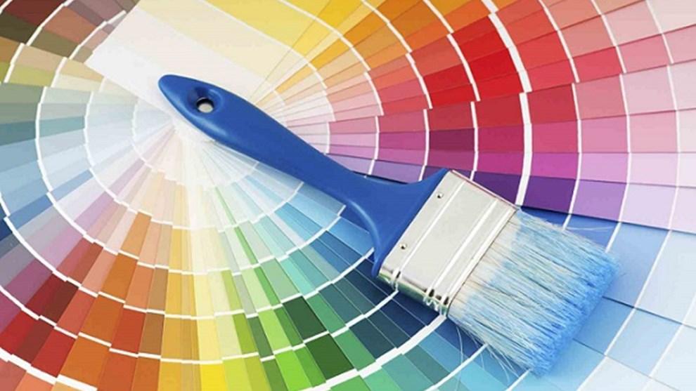 Un miscuglio di colori conferisce allo spazio un senso di agitazione.