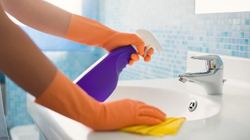 Umzugsreinigung: Wohnung selber putzen oder doch professionelle Hilfe holen?