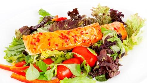 Fisch und Gemüse eignen sich als sommerlich-leichtes Abendessen hervorragend - so stört die Verdauung nicht den Schlaf.