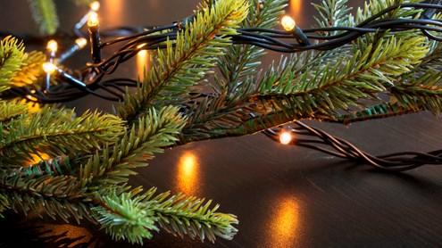 Illuminazione dell'albero di Natale: candele di cera, candele elettriche o ghirlanda luminosa?